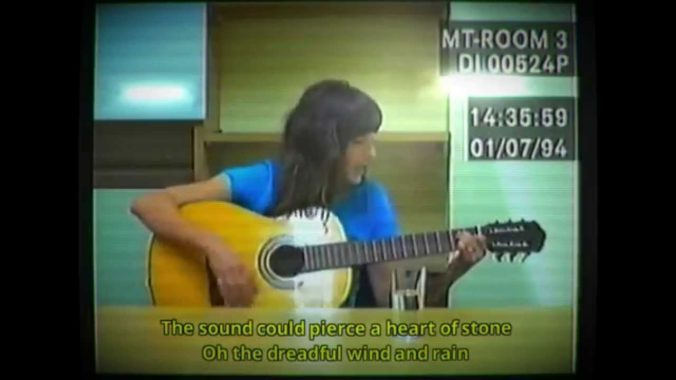 Während eines Verhörs singen und Gitarre spielen? Dank Viva Seiferts Schauspielleistung scheint es ganz plausibel.