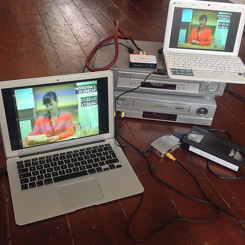 Nach dem Dreh wurden die Videos auf VHS überspielt, was dem Ganzen noch mehr Charme verleiht. Quelle: Wikipedia